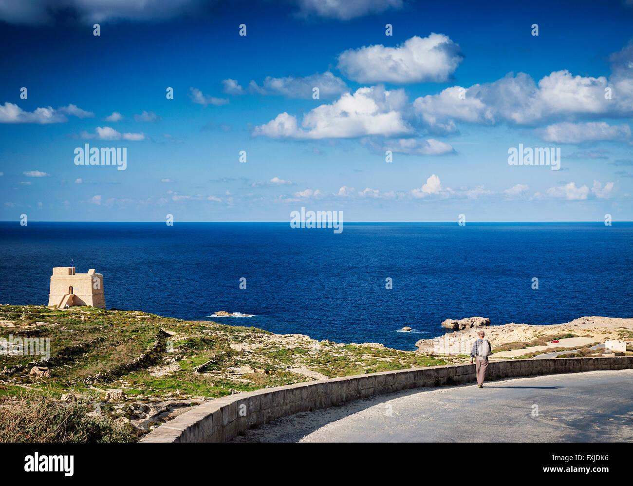 Hirte auf Straße in der Nähe von Fort und Mittelmeerküste Blick auf die Insel Gozo in malta Stockbild