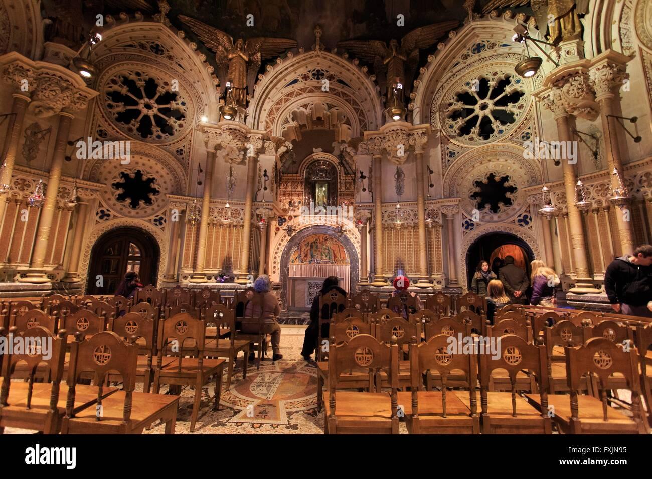 Eine kleine Kapelle innerhalb der wichtigsten Basilika des Klosters Montserrat in der Nähe von Barcelona, Spanien Stockbild
