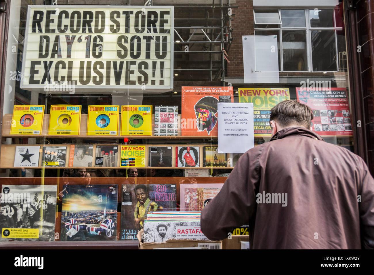 Menschen beim Einkaufen bei Independent Record Store Day in Soho, London, UK. Stockbild
