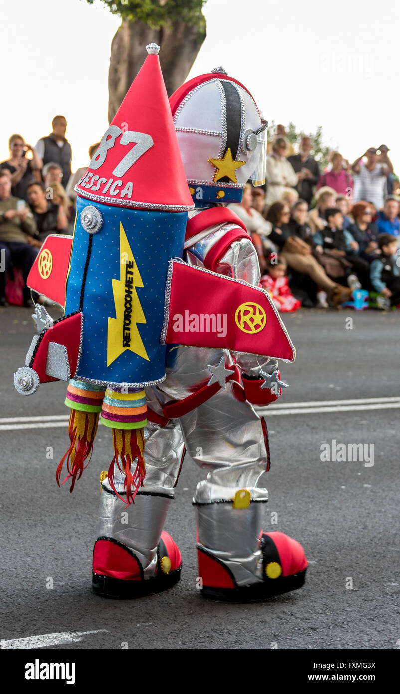Junge Mädchen in spaceman Kostüm, Karnevalsumzug, Santa Cruz, Teneriffa Stockbild