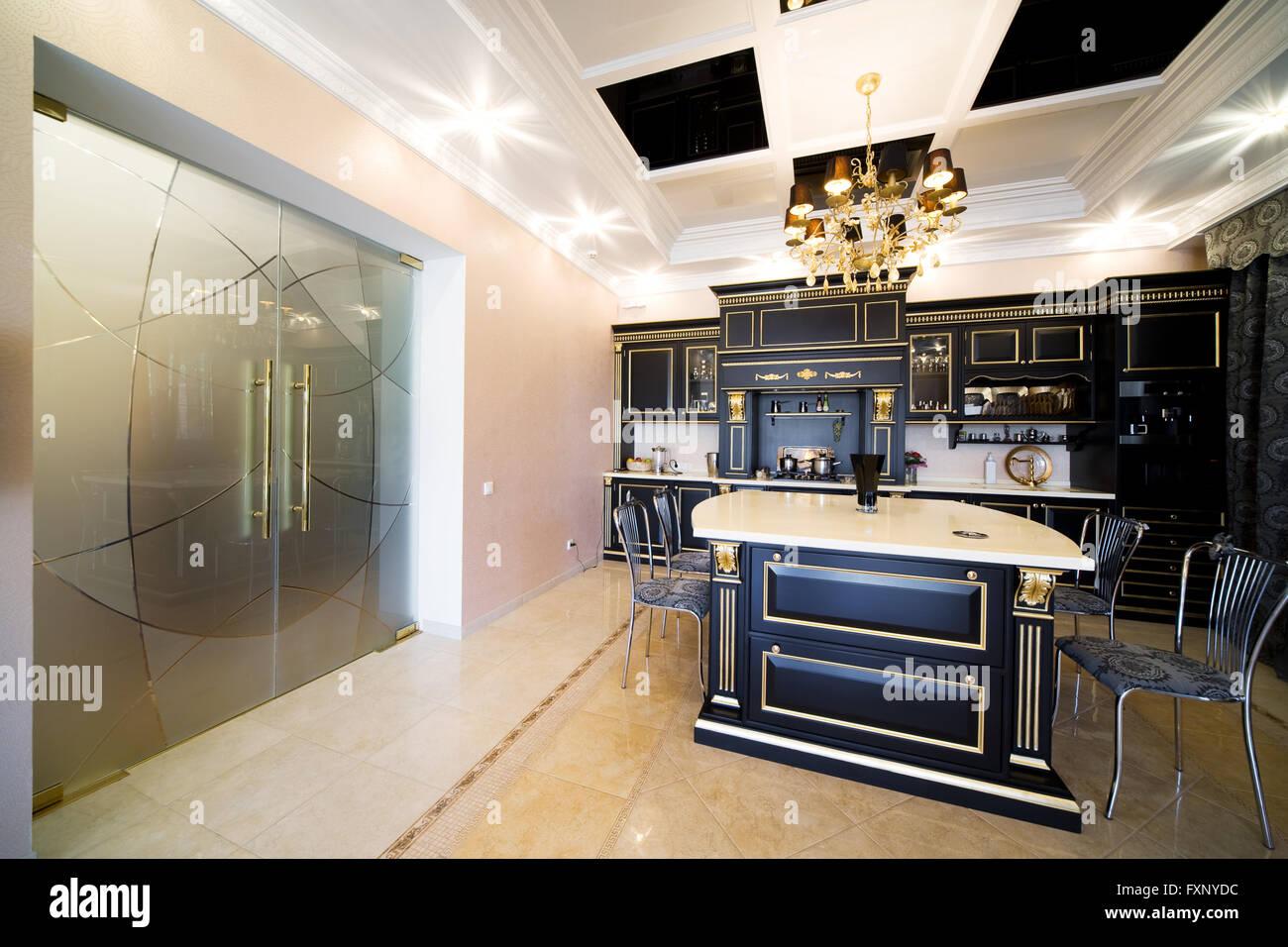 Große Glastüren auf schöne moderne Küche Stockfoto, Bild: 102515432 ...