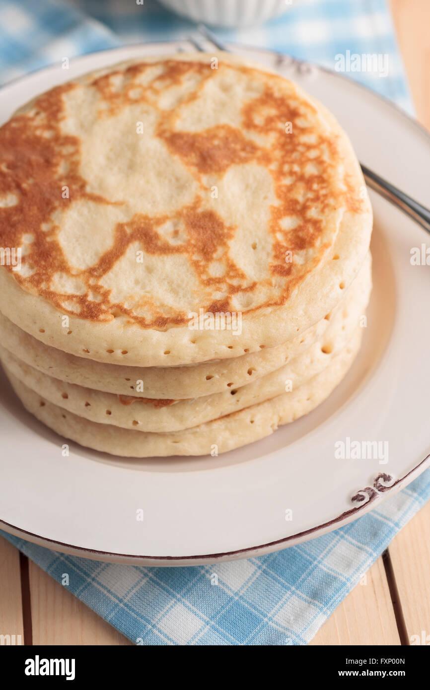 Buttermilch Pfannkuchen mit flachen Fokus, gedämpften Morgen Beleuchtung und Frühstück-Einstellung Stockfoto