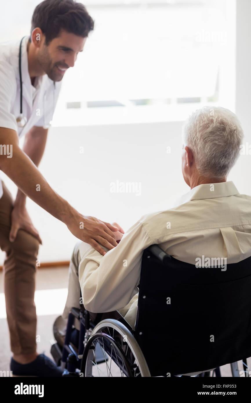 Krankenschwester kümmert sich um einen älteren Mann Stockfoto