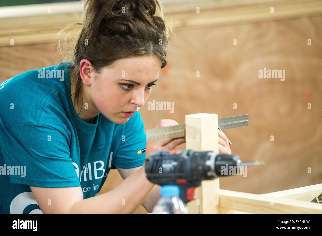 Weibliche Auszubildende im Bereich Maschinen- und Anlagenbau Stockbild