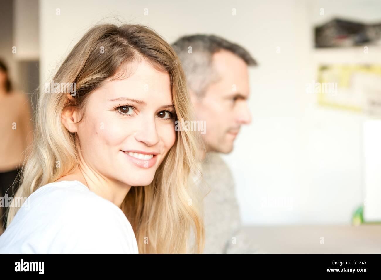 Porträt des jungen braunen Augen Frau Kamera Lächeln betrachten Stockbild