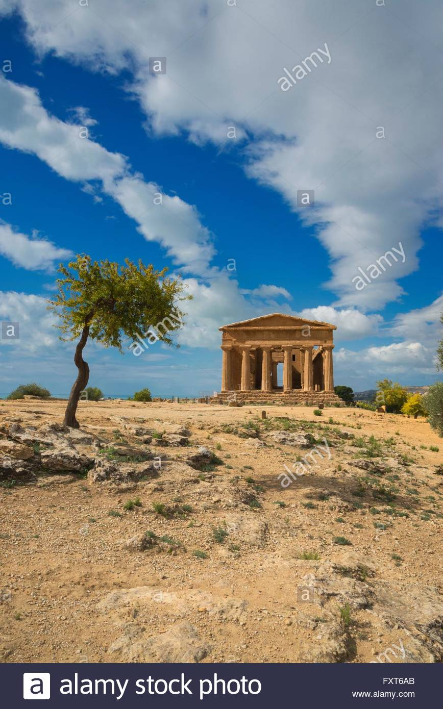 Fernsicht auf den Tempel der Concordia, Tal der Tempel, Agrigento, Sizilien, Italien Stockbild