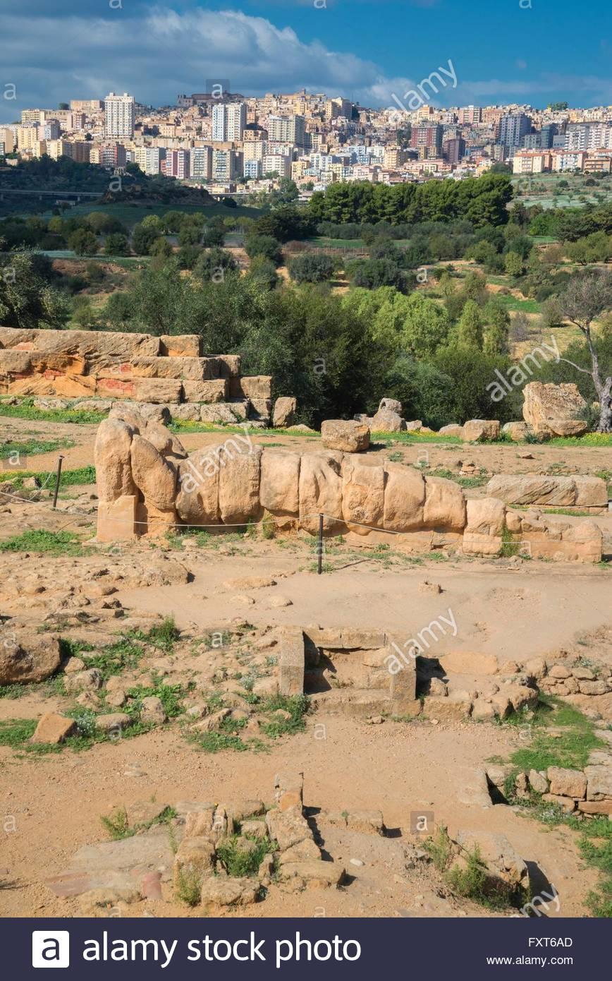 Atlas-Statue, Tal der Tempel, Agrigento, Sizilien, Italien Stockbild
