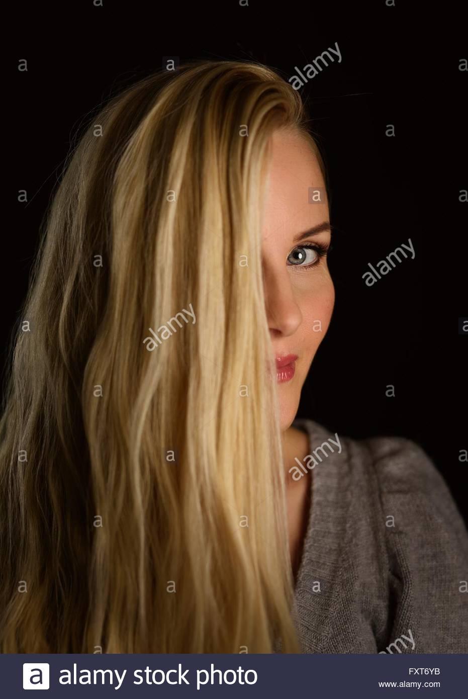 Porträt Der Frau Blonde Lange Haare Teilweise Verdeckt