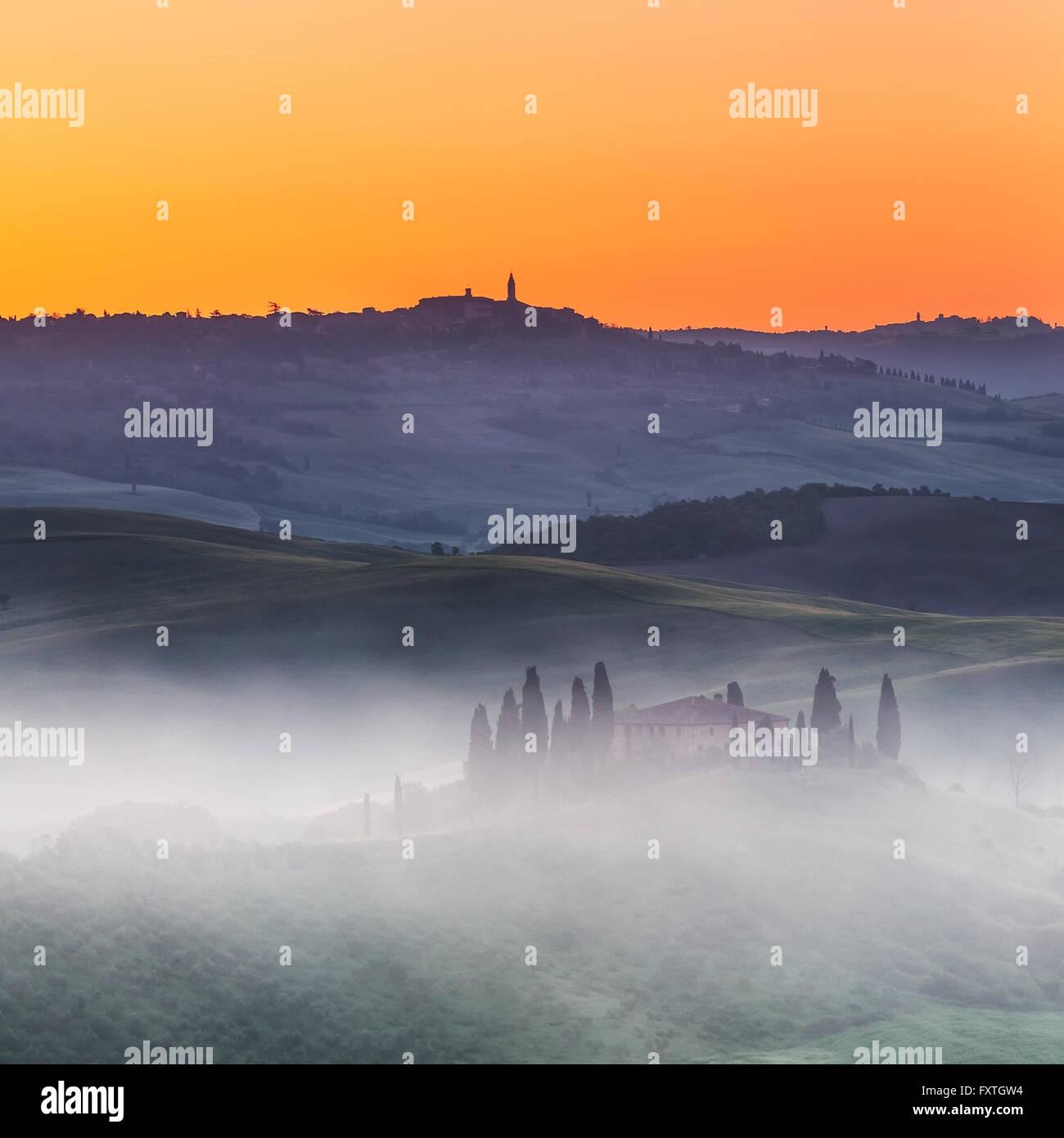 Toskana-Landschaft bei Sonnenaufgang Stockbild