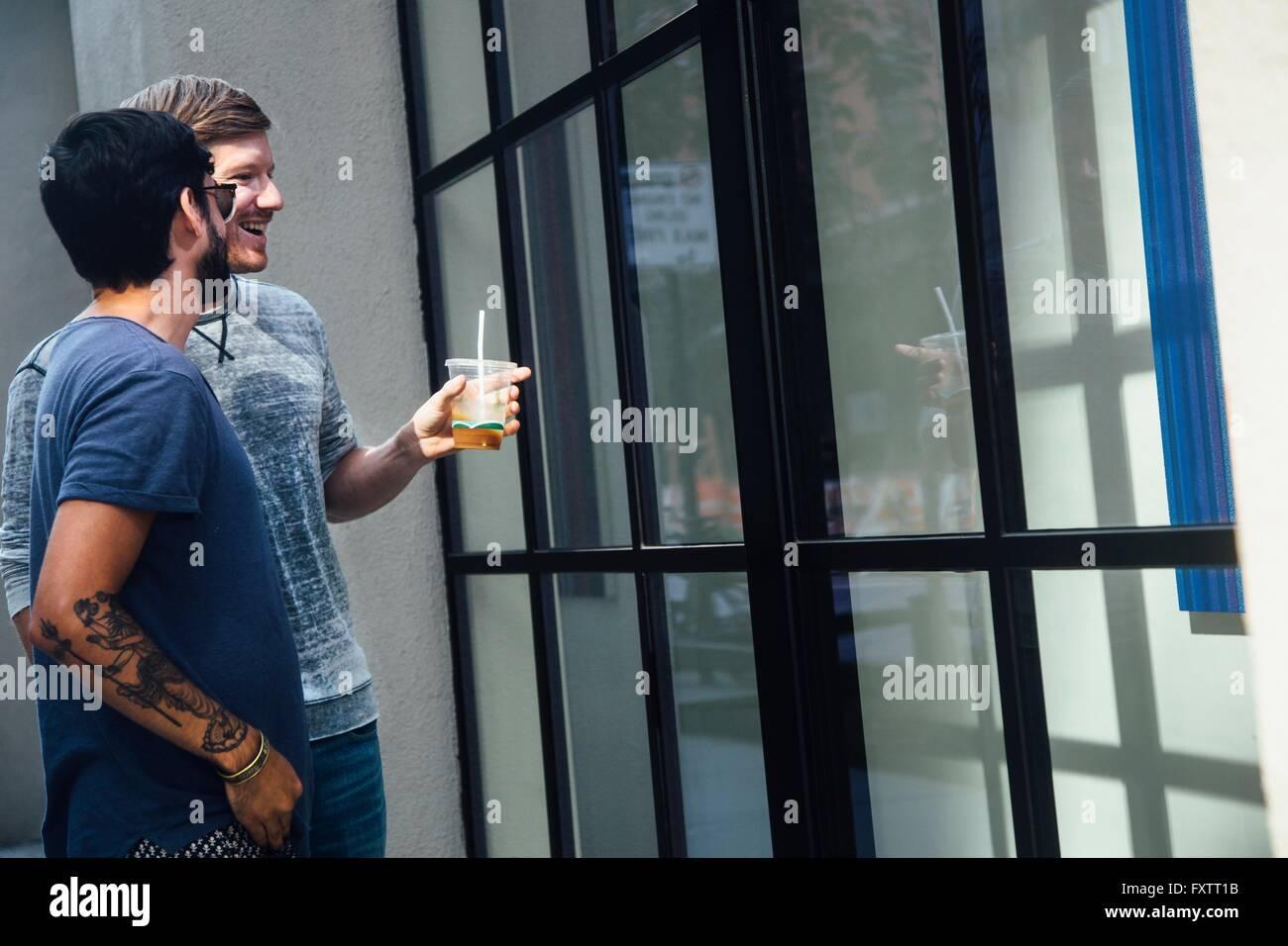 Männlichen Partner Stadt Schaufenster betrachten Stockbild