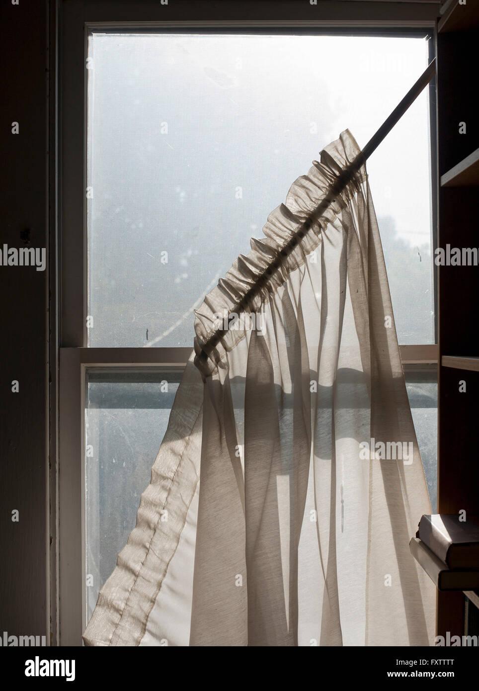 Gardinen schmutzig vom fallen Flügel Fenster Stockbild