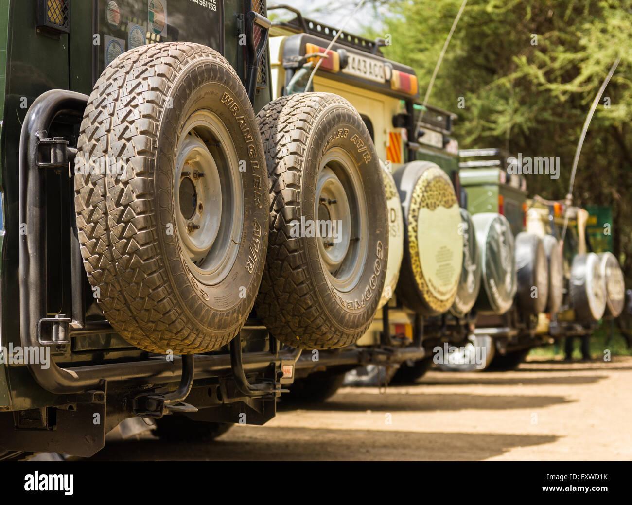 Safari-Fahrzeugen Parken am Eingang Haupttor, Tarangire Nationalpark, Tansania Stockbild