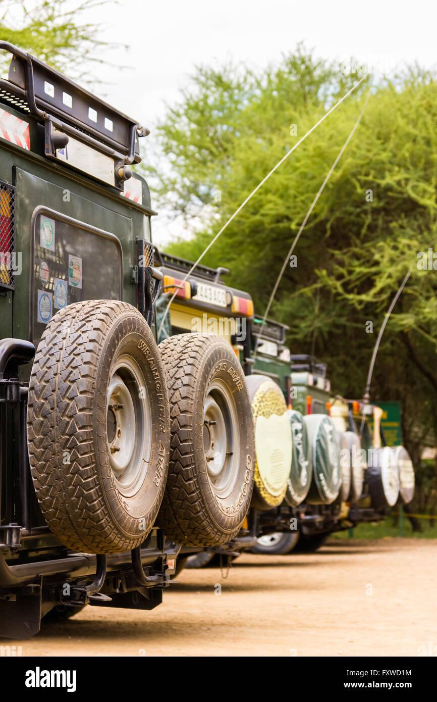 Safari-Fahrzeugen Parken am Eingang Haupttor, Tarangire Nationalpark, Tansania Stockfoto
