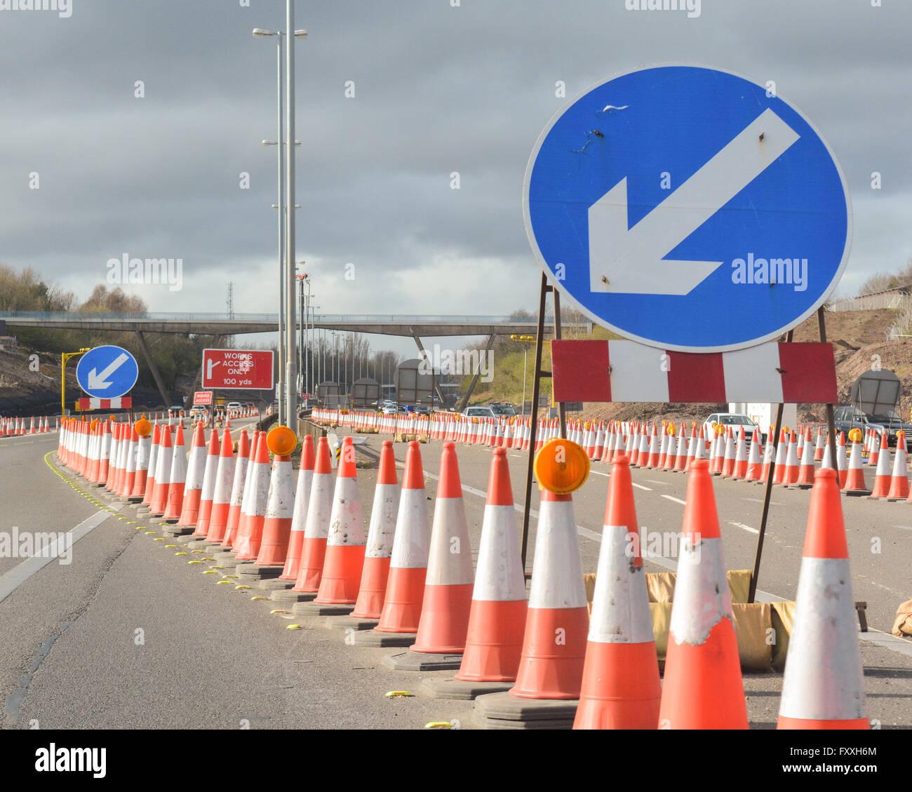 Baustellen-Kegel Verkehrsschilder für Restrictions System auf britische Autobahn Stockbild