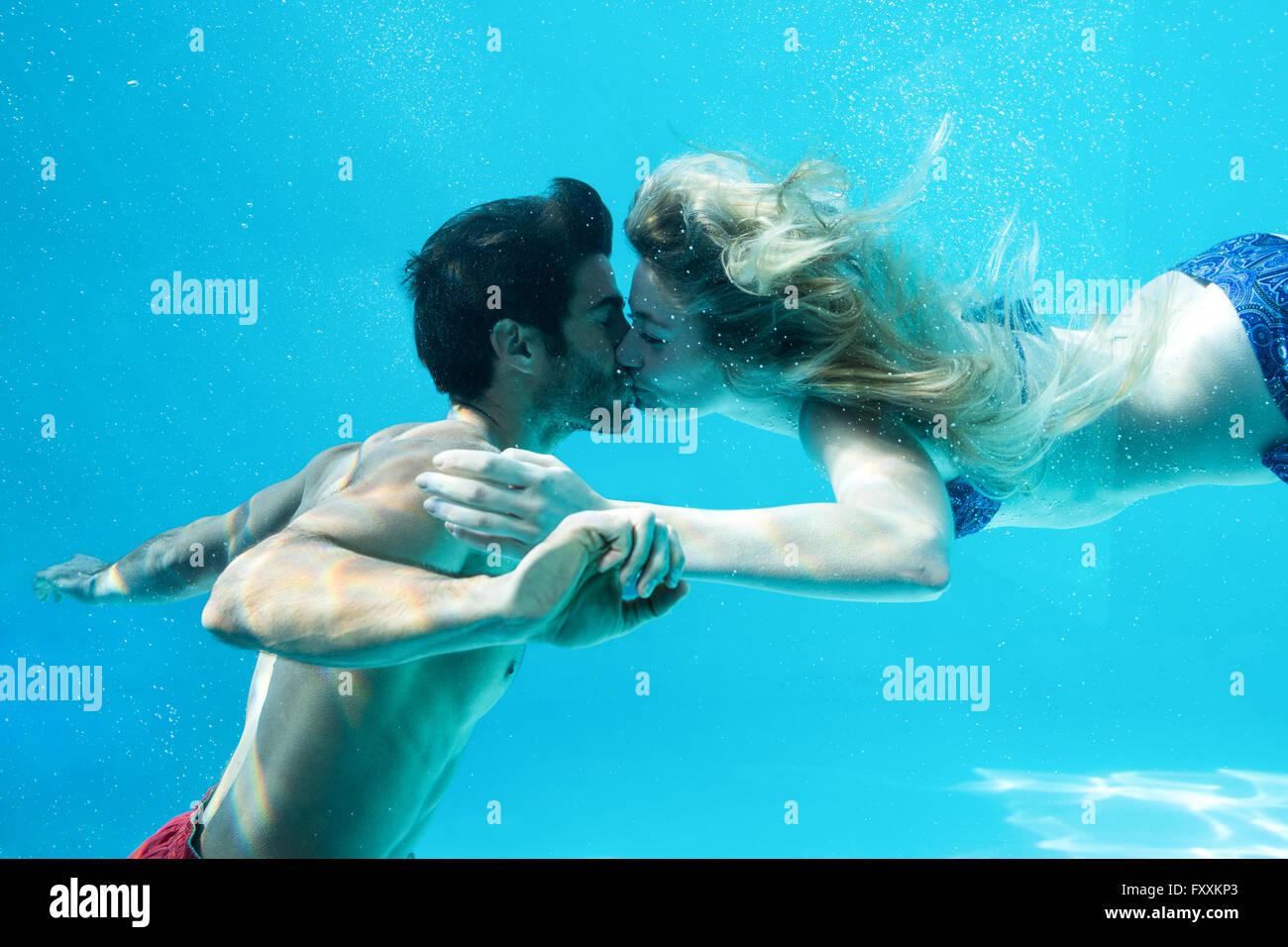 Glückliches Paar küssen unter Wasser Stockbild