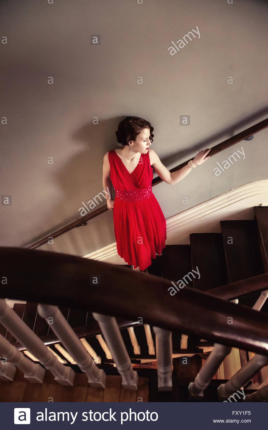 Jahrgang 1940er Jahren Frau stehend auf der Treppe Stockbild