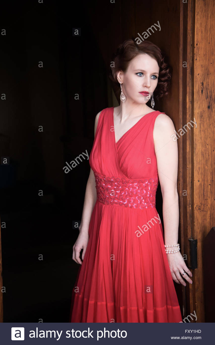 Glamouröse 1940er Jahren Frau im roten Kleid Stockbild