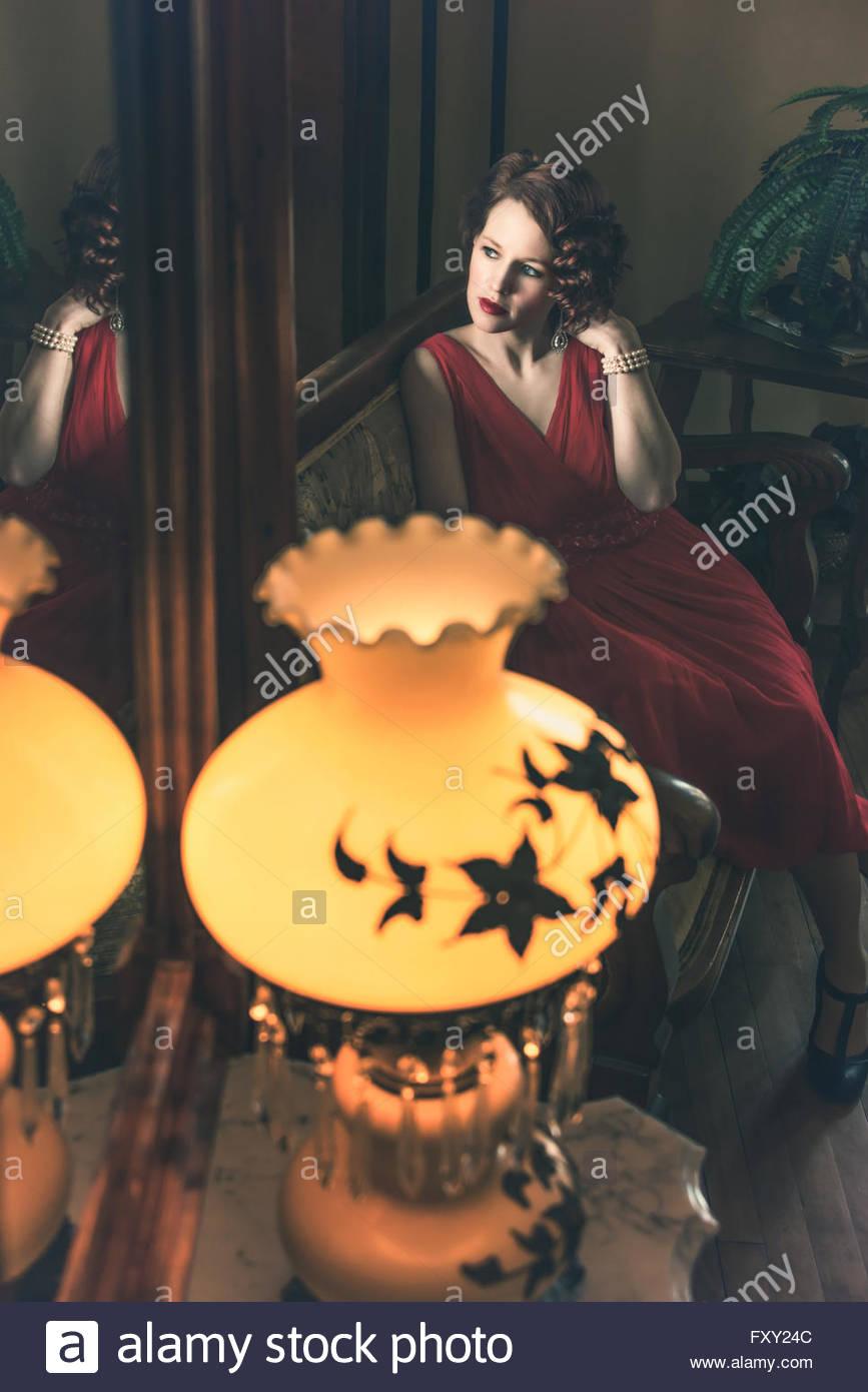 Frau im Jahrgang 1940er Jahre Kleid Stockbild