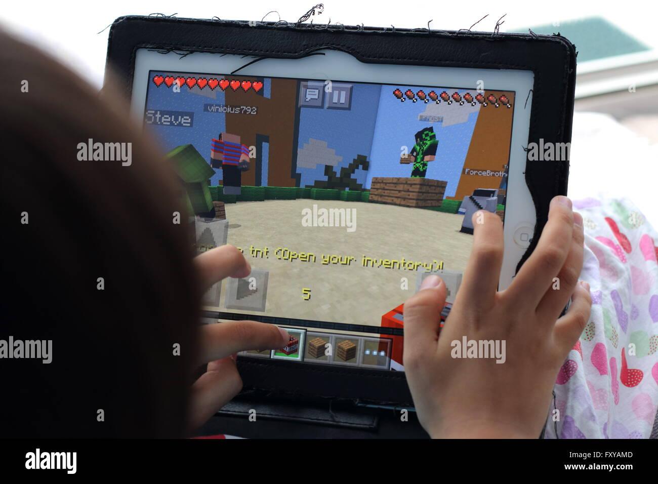 Junges Kind Spielen Minecraft Spiele Auf Dem IPad Stockfoto Bild - Www minecraft spiele
