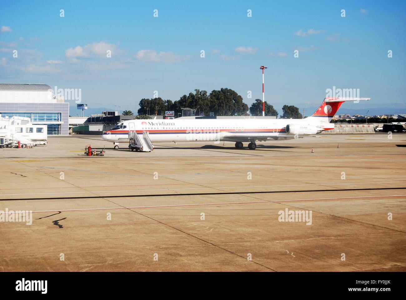 Cagliari, Italien - 24. Januar 2010: Meridiana Flugzeug am Flughafen in Cagliari. Land und tagsüber als redaktionell Stockbild