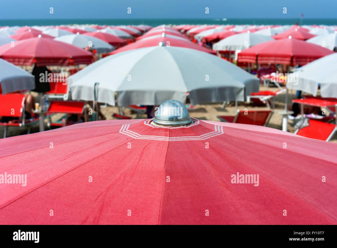viele Sonnenschirme am Strand von Cattolica, Italien Stockfoto