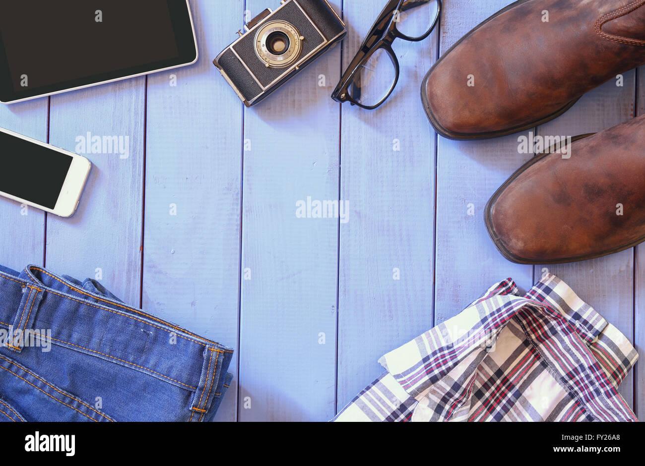Top-View-Bild von Hipster-Zubehör und Kleidung einen hölzernen Hintergrund. Jahrgang gefiltert und getönten Stockbild