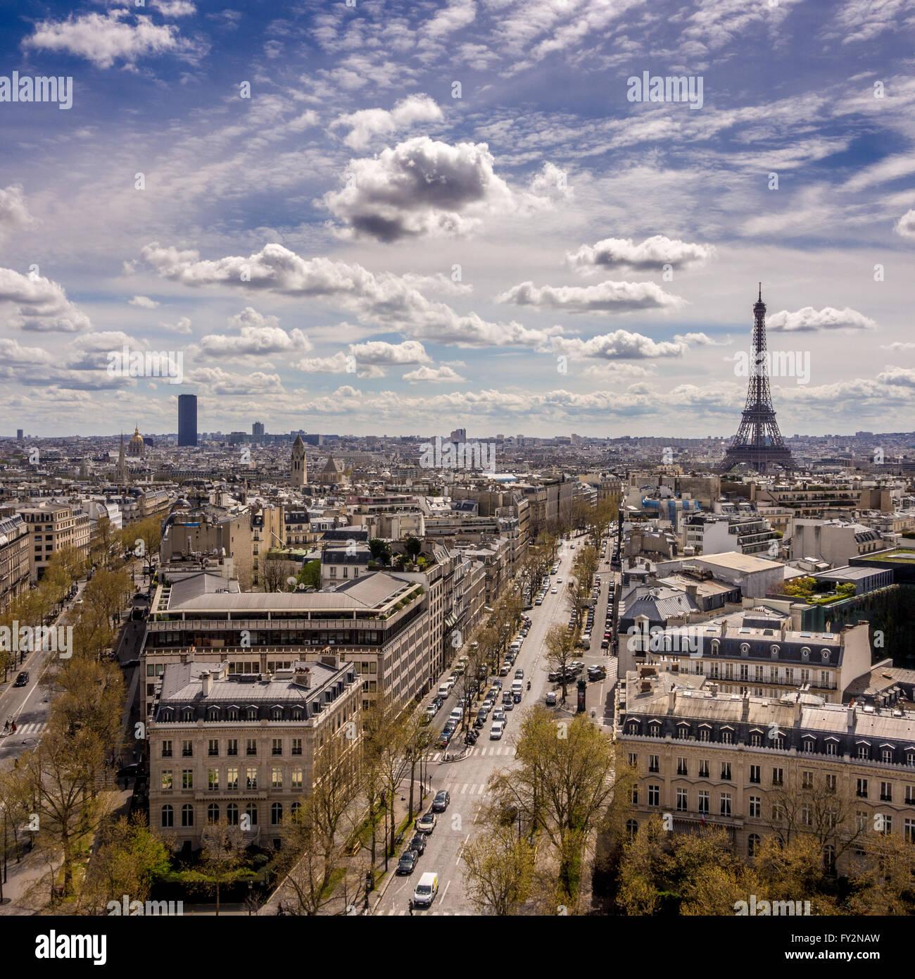 Blick auf den Eiffelturm und Montparnasse-Turm aus dem Arc de Triomphe, Paris, Frankreich. Stockbild