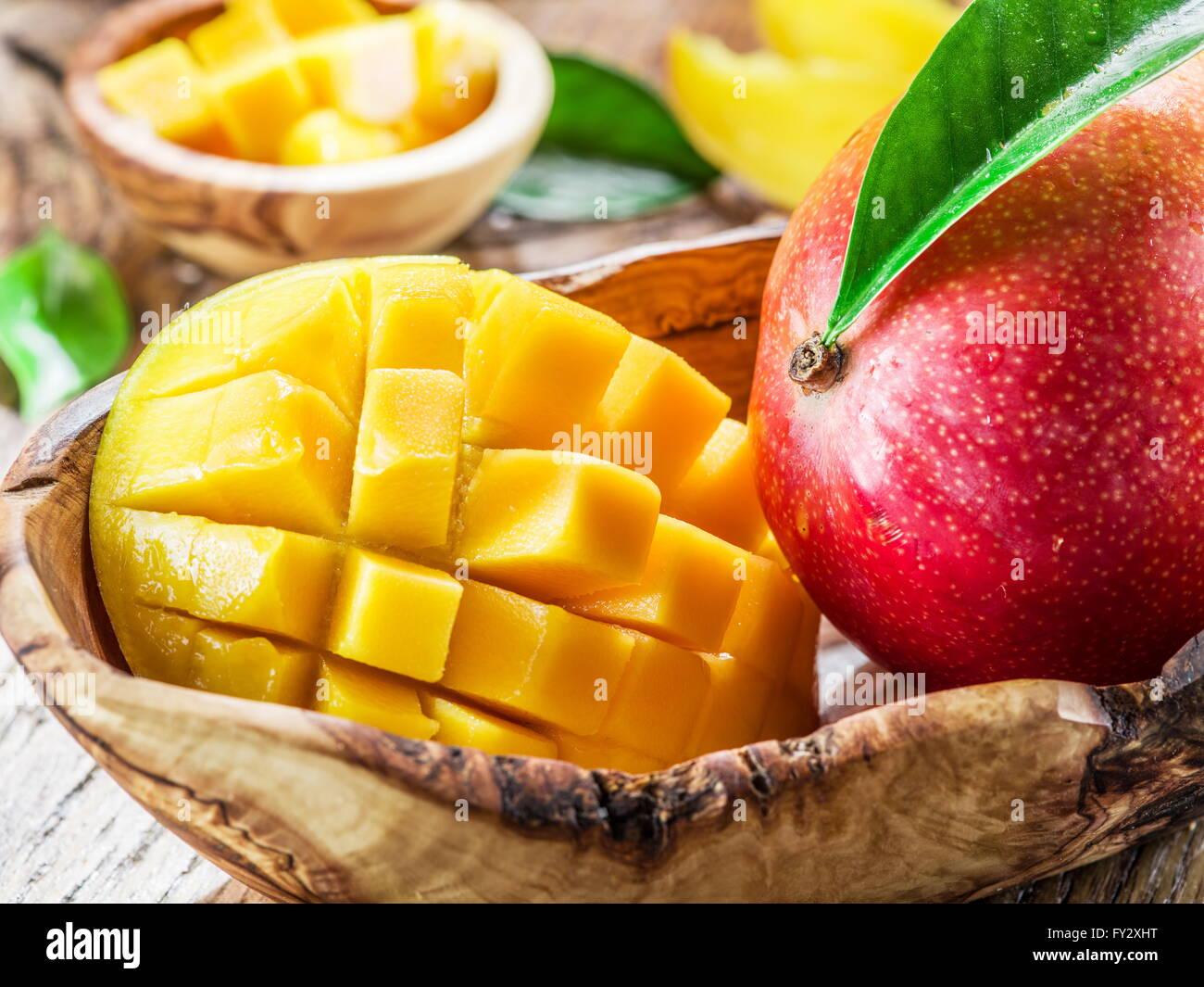 Mango-Frucht und Mango Würfel auf dem Holztisch. Stockbild