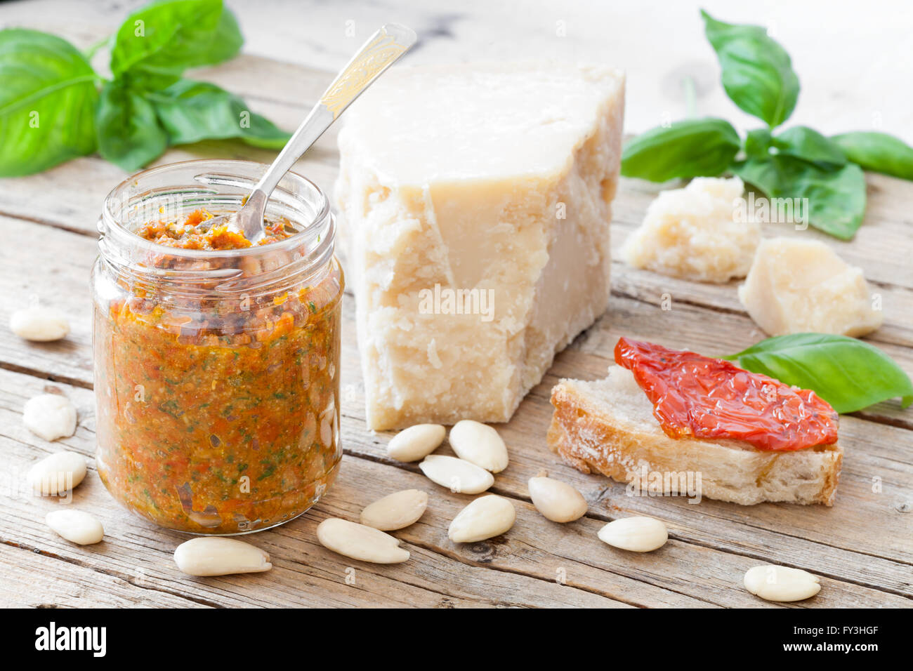 Getrocknete Tomaten-Pesto mit Mandeln und Basilikum Stockbild