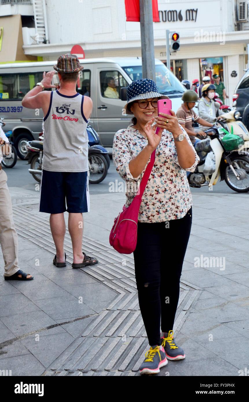 Reisende nutzen Smartphone nehmen Foto Verkehr von Saigon Stadt am 22. Januar 2016 in Ho Chi Minh, Vietnam Stockfoto