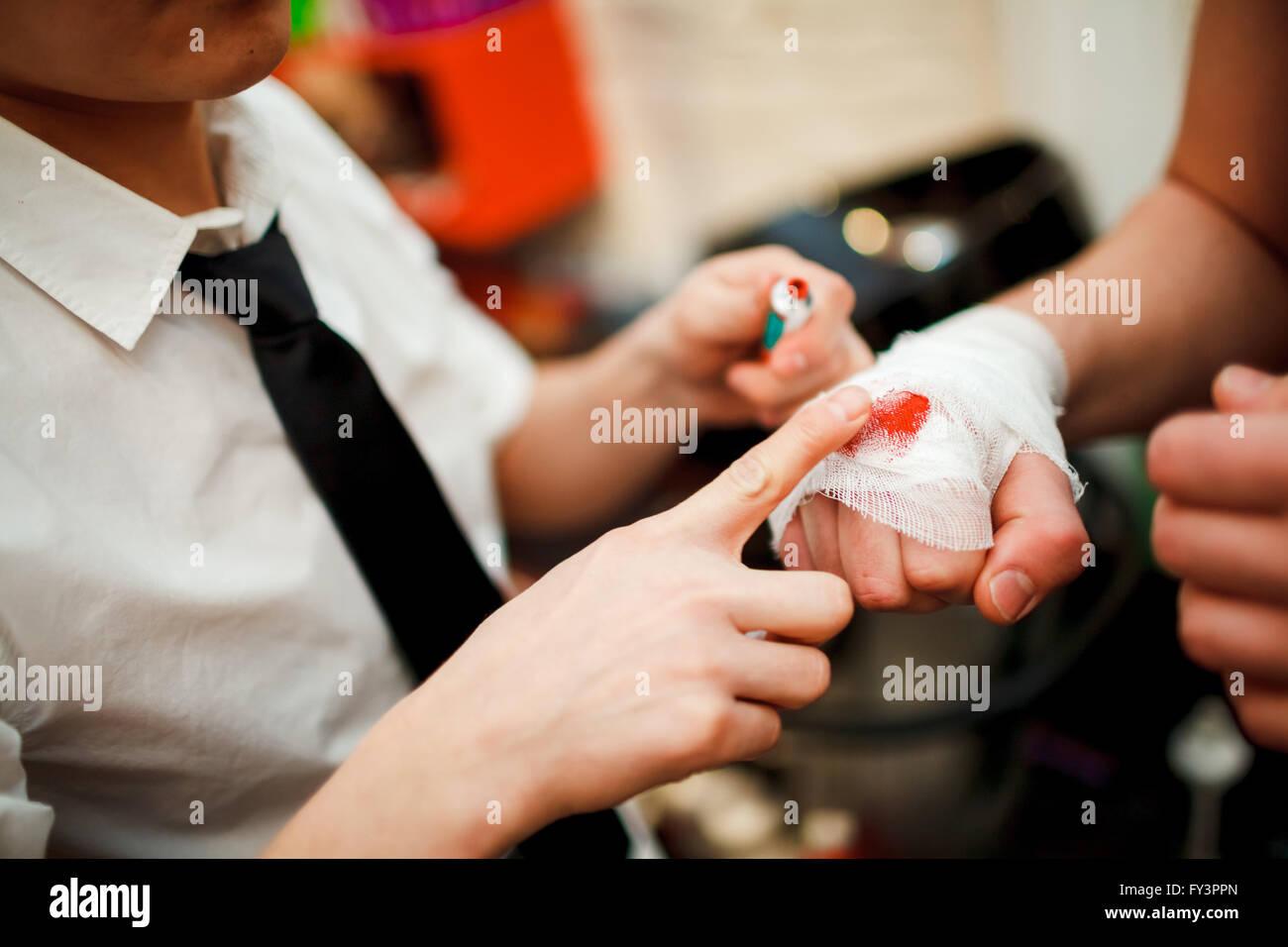 Mann legt Schminke auf seine Fäuste Bandage, Kampfclub. Stockbild