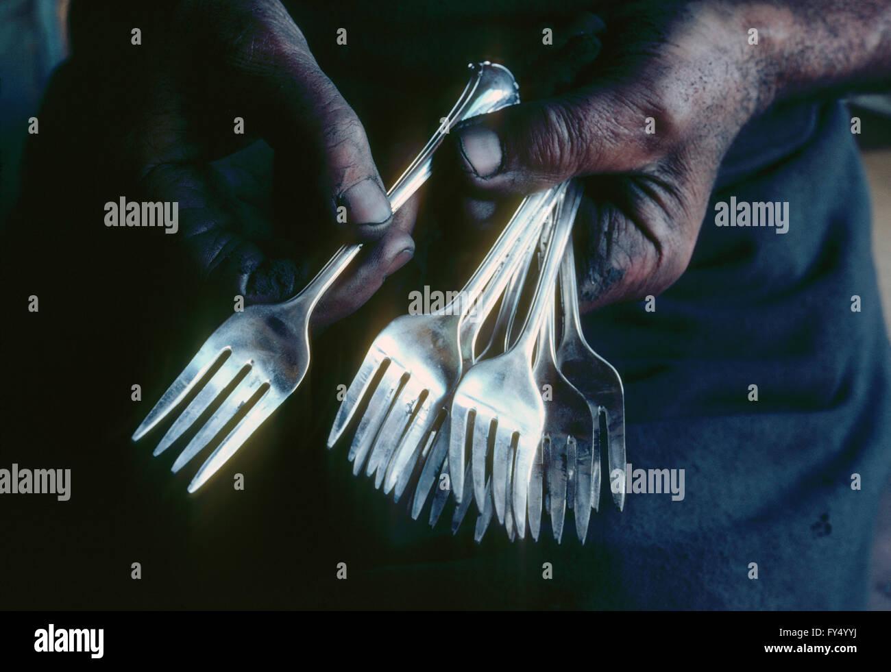 Tafelsilber Handwerker seine Arbeit anzeigen; Geschirr im Gange Stockbild