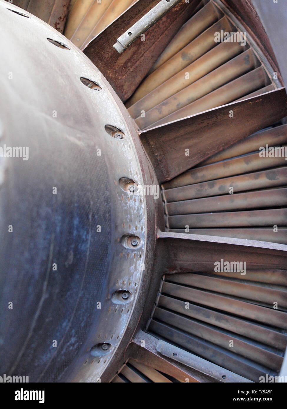 Nahaufnahme von Turbine und Lüfter Schaufeln eines Jet-Engine mit Gebrauchsspuren wie Flecken und Rost. Stockbild