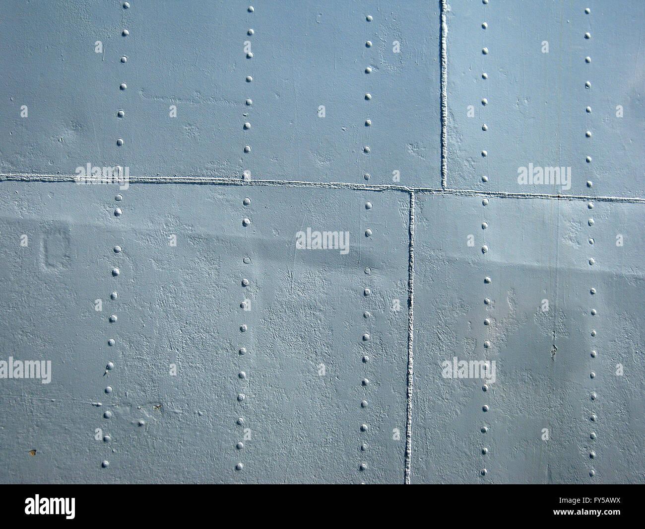 Detaillierten grauen historischen 2. Weltkrieg Schiff Metallwand mit Nähten und Nieten. Stockbild