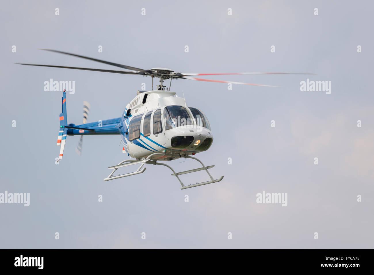 Hubschrauber im Flug direkt nach dem Start Stockbild