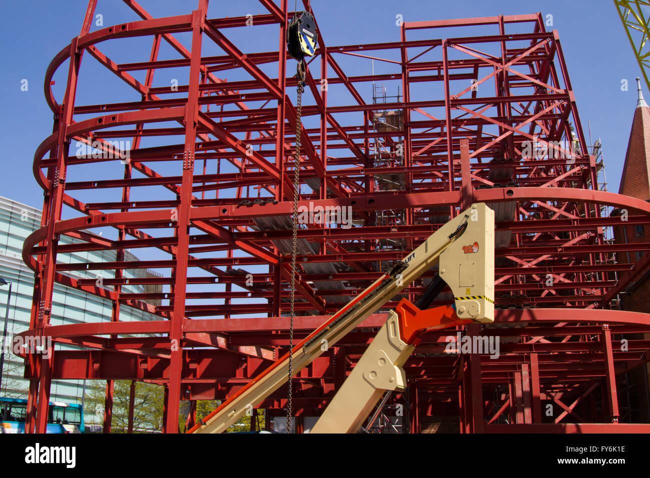 Stahlskelett neuer Gebäude im Bau. Neubau Mehrfamilienhäuser, Rahmen ...