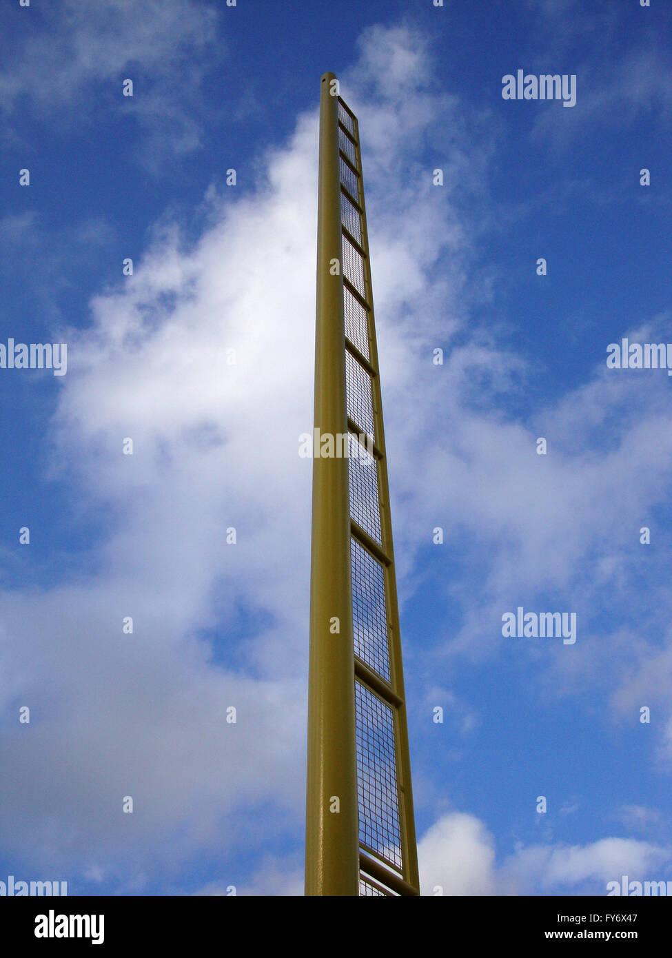 Gelbe Foul Pole gegen blauen Wolkenhimmel Stockbild