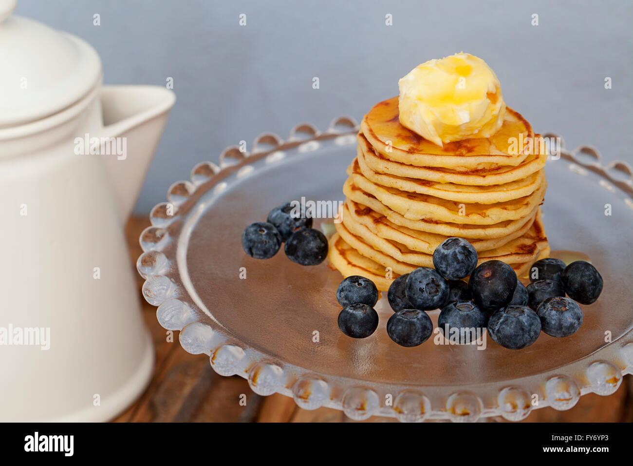 Pfannkuchen Sahne und Blaubeeren Stockfoto