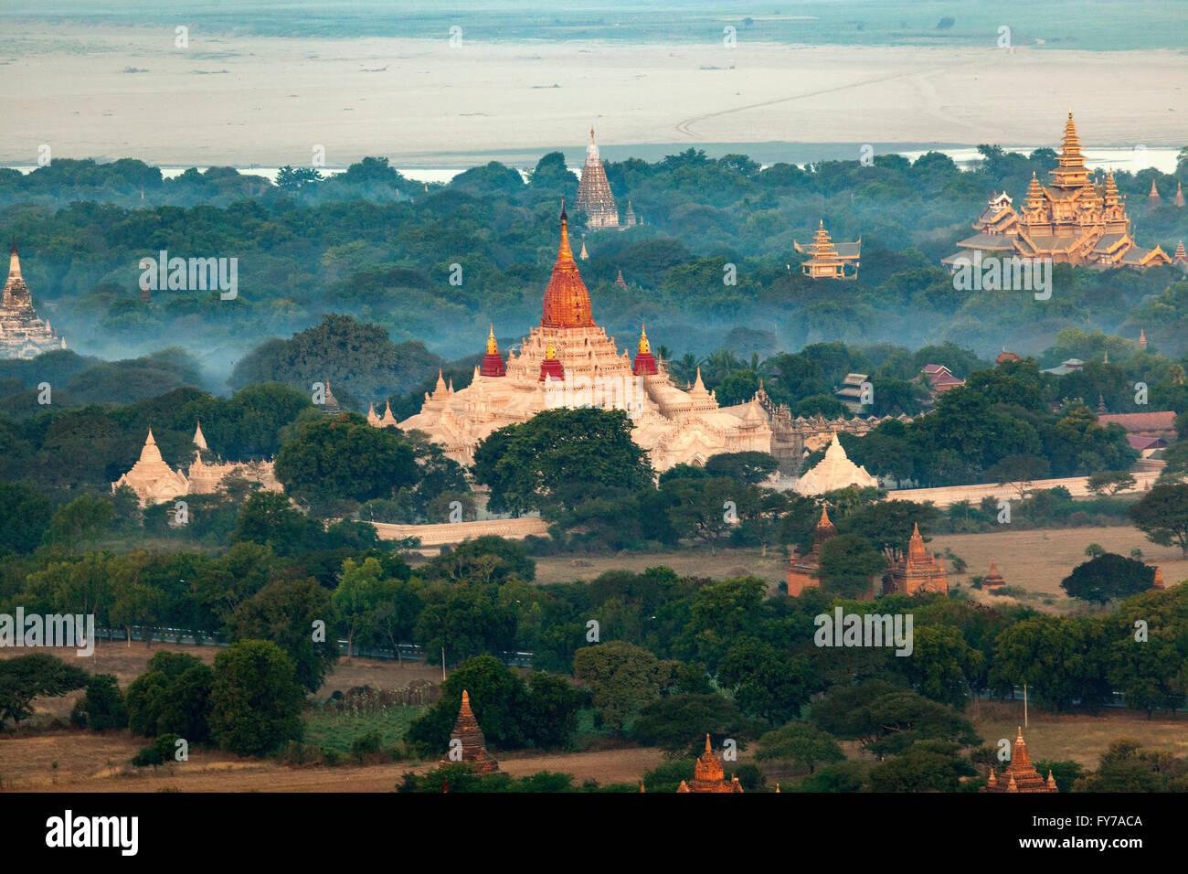 Eine Luftaufnahme auf der Pahto Ananda durch Nebel am frühen Morgen mit dem Irrawaddy-Fluss im Hintergrund Stockbild