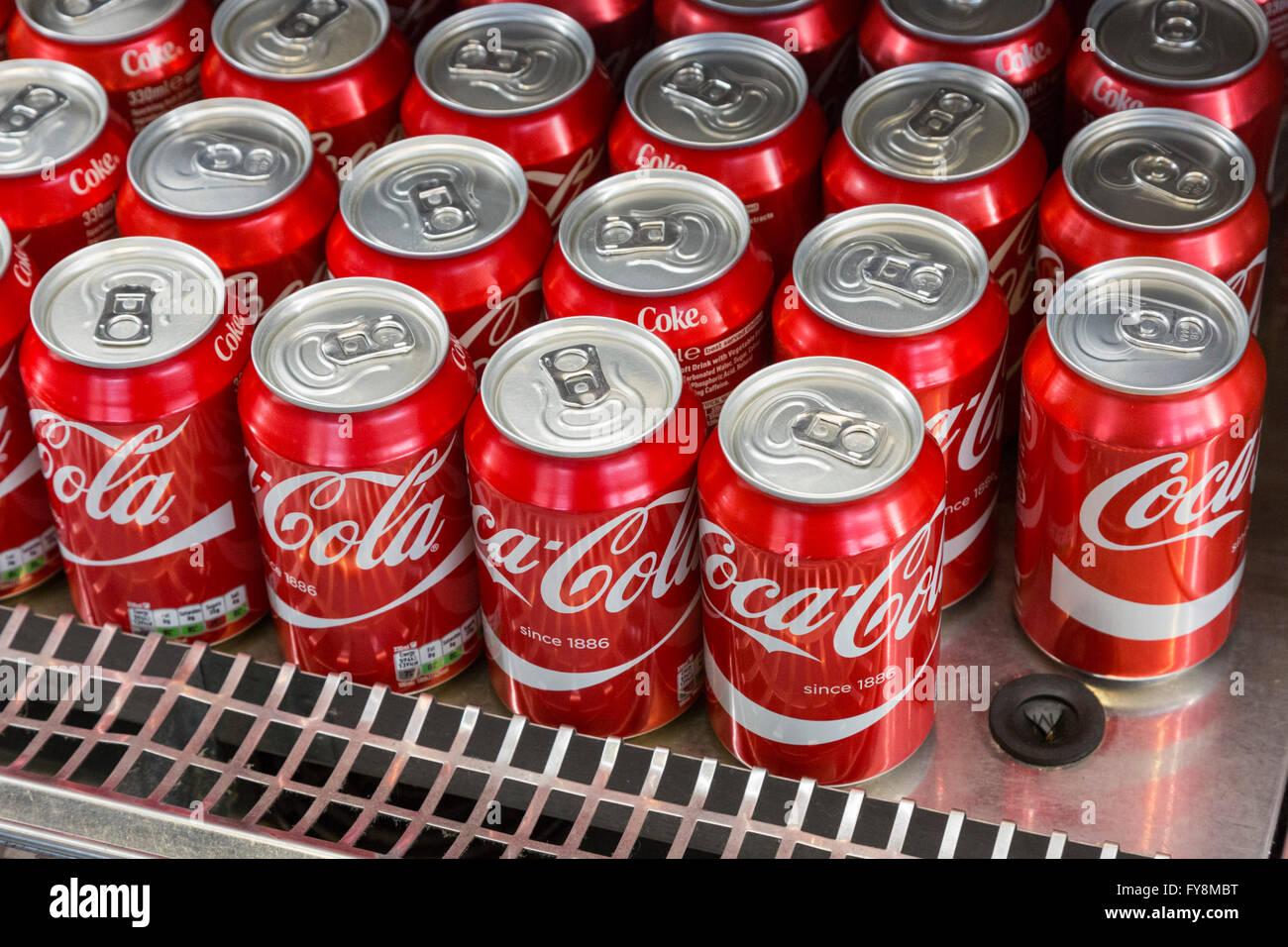 Kühlschrank Coco Cola : Viele coca cola dosen in einem kühlen schrank kühlschrank