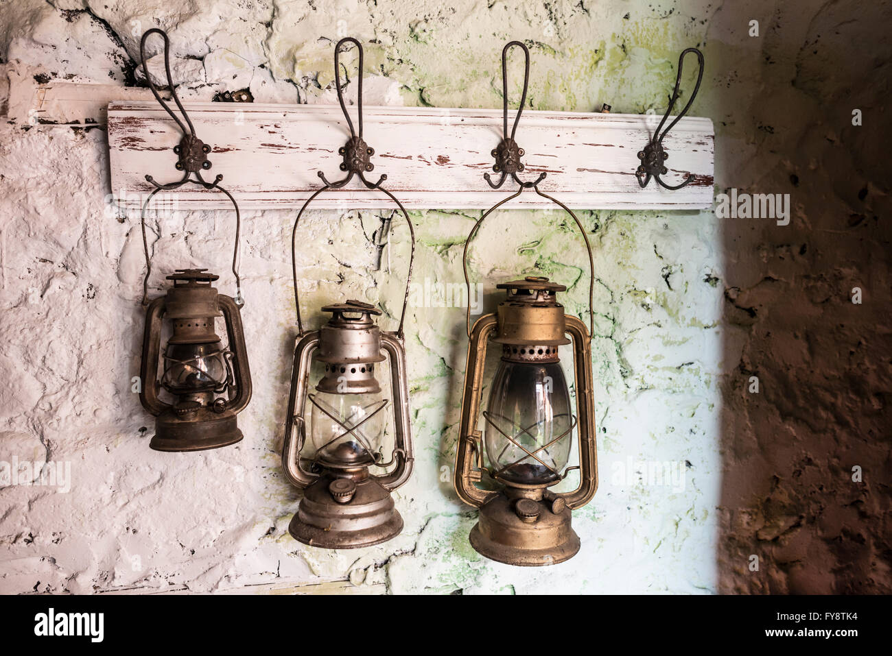 Alte Vintage Sturm Lampen Auf Bemalten Steinwand