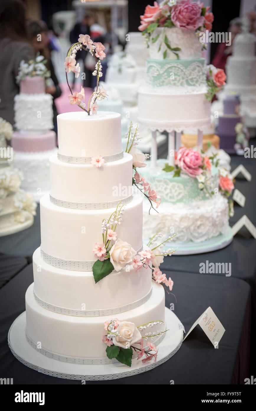 Dekorative Hochzeitstorte Mit Essbaren Rosen Bei Kuchen