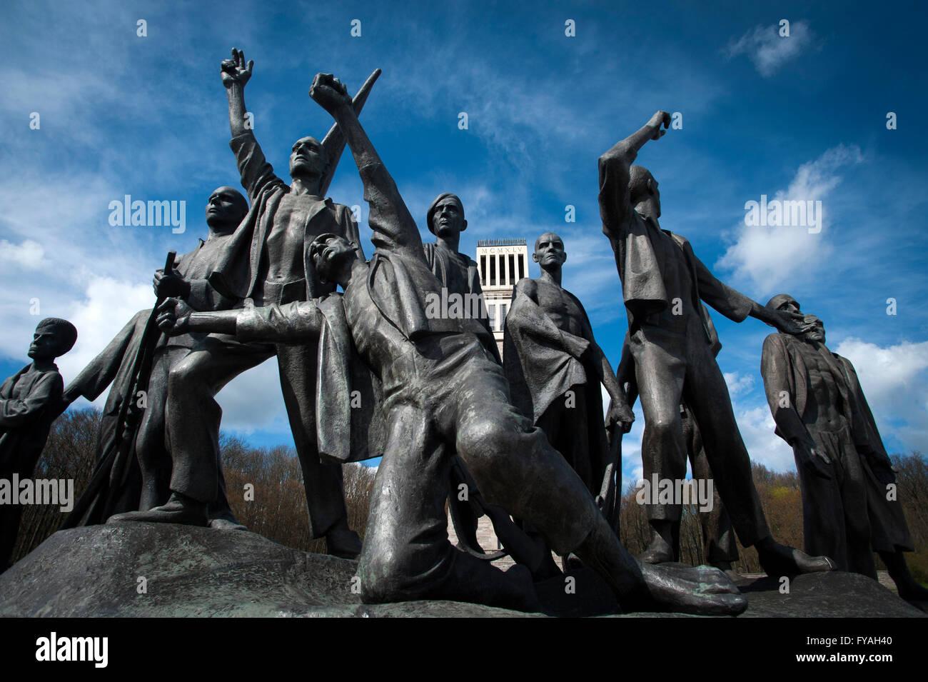 """Fritz Cremer-Skulptur der befreiten Häftlinge mit dem """"Turm der Freiheit"""" hinter in der Gedenkstätte Buchenwald, Stockfoto"""