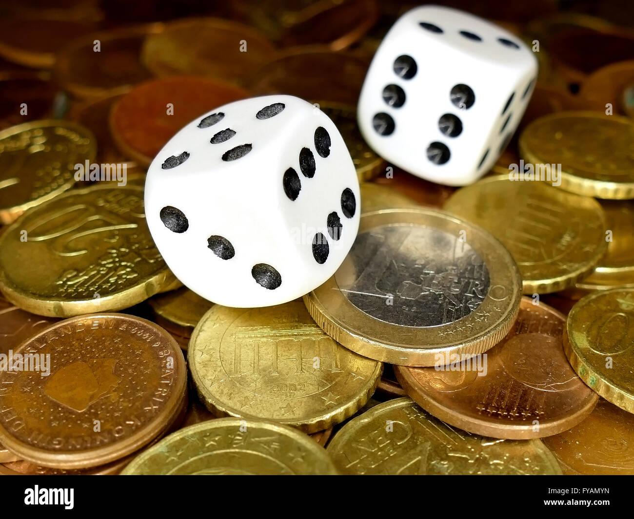 Würfel und europäische Münzen Geld Vollbild, Glücksspiel Konzept Stockbild