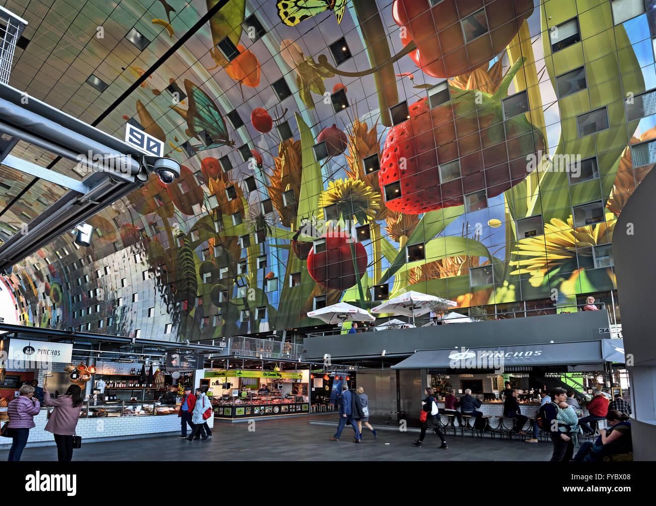 bunte interieur der rotterdamse markthal rotterdam markthalle bei quadratischen. Black Bedroom Furniture Sets. Home Design Ideas