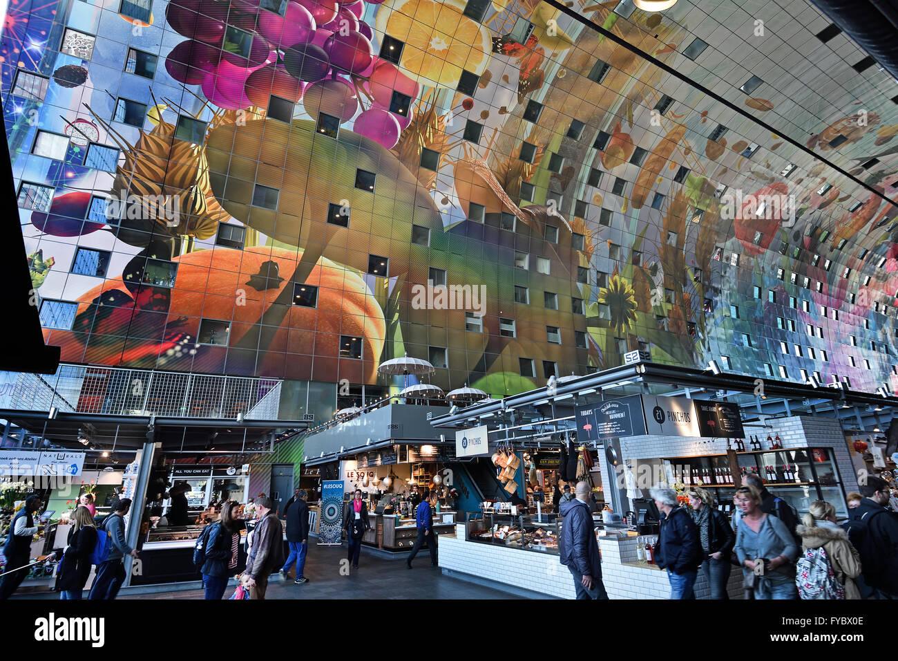 Bunte Interieur der Rotterdamse Markthal (Rotterdam-Markthalle) bei ...