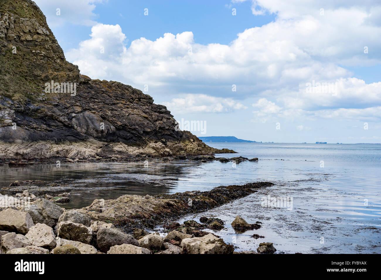 Blick über die Felsen bei Ebbe aus der West Side von Lulworth Cove, Dorset Stockfoto