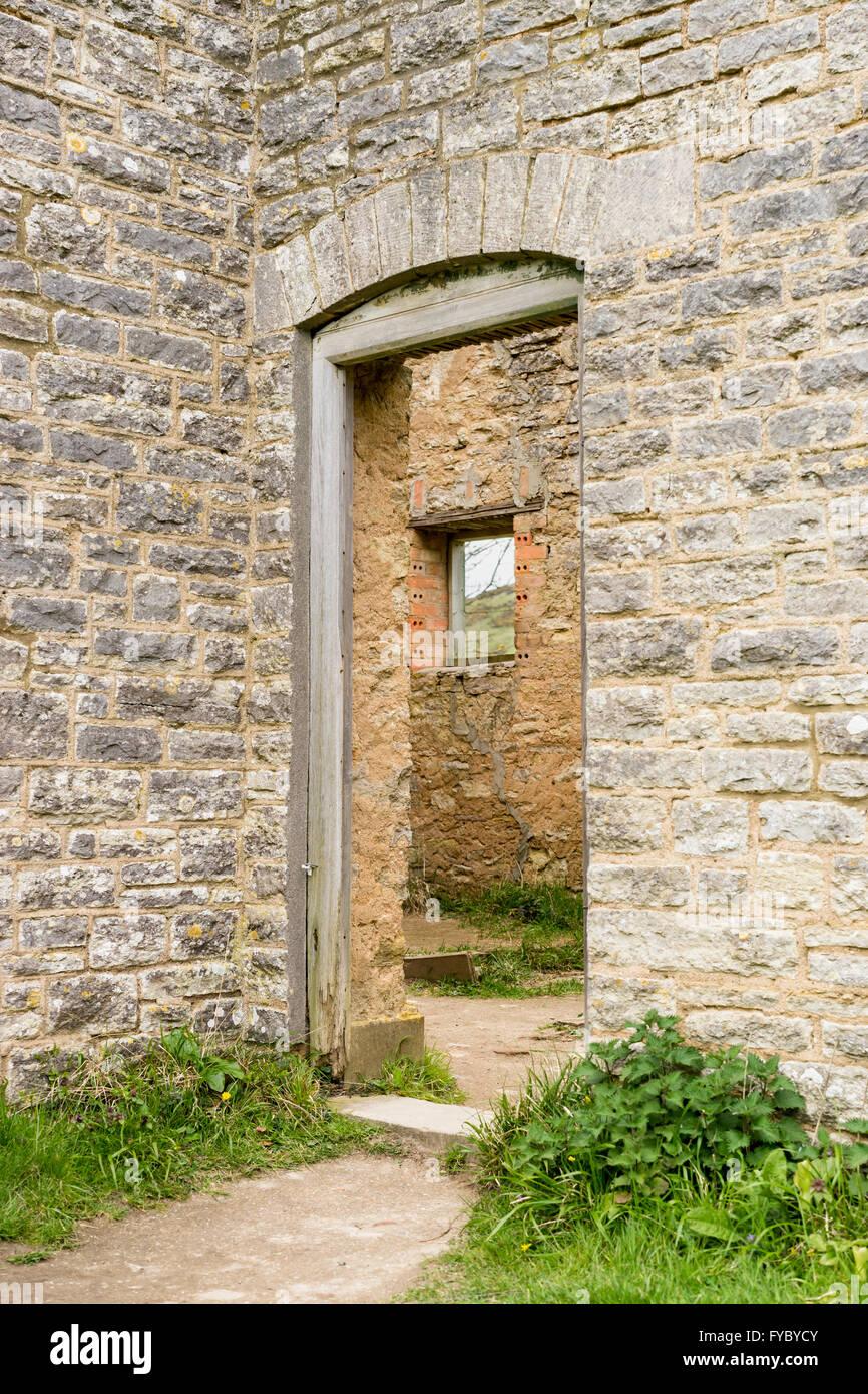Blick durch das Tor der Gärtner Hütte, Bucht Vilage, Dorset, die während des zweiten Weltkrieges aufgegeben wurde Stockfoto