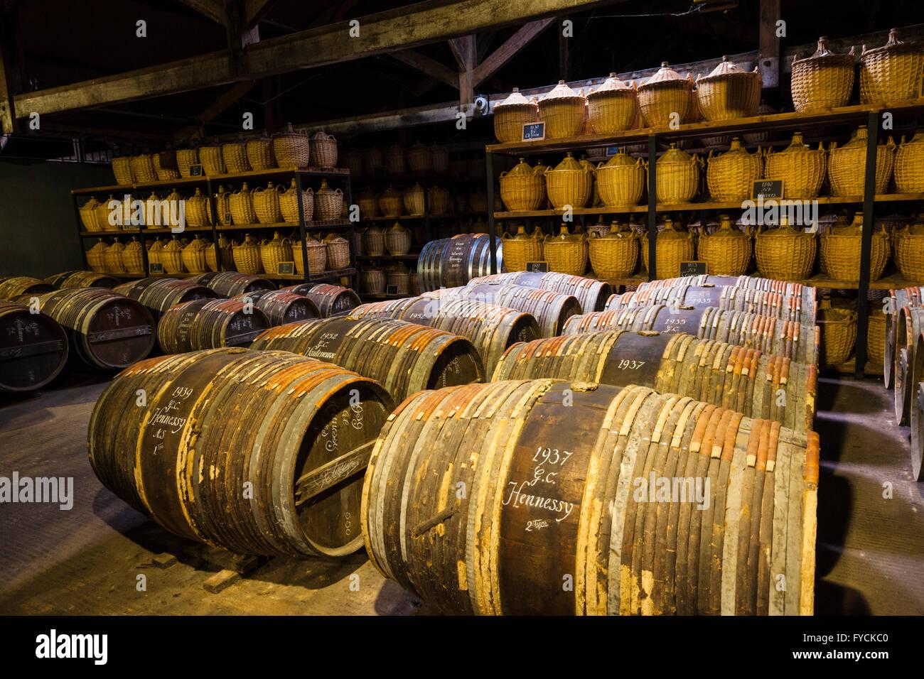 Hennessy Alterung Lager, wo die Eaux-de-vie in Eichenfässern reifen vor dem Mischen, Cognac, Poitou-Charente Stockbild