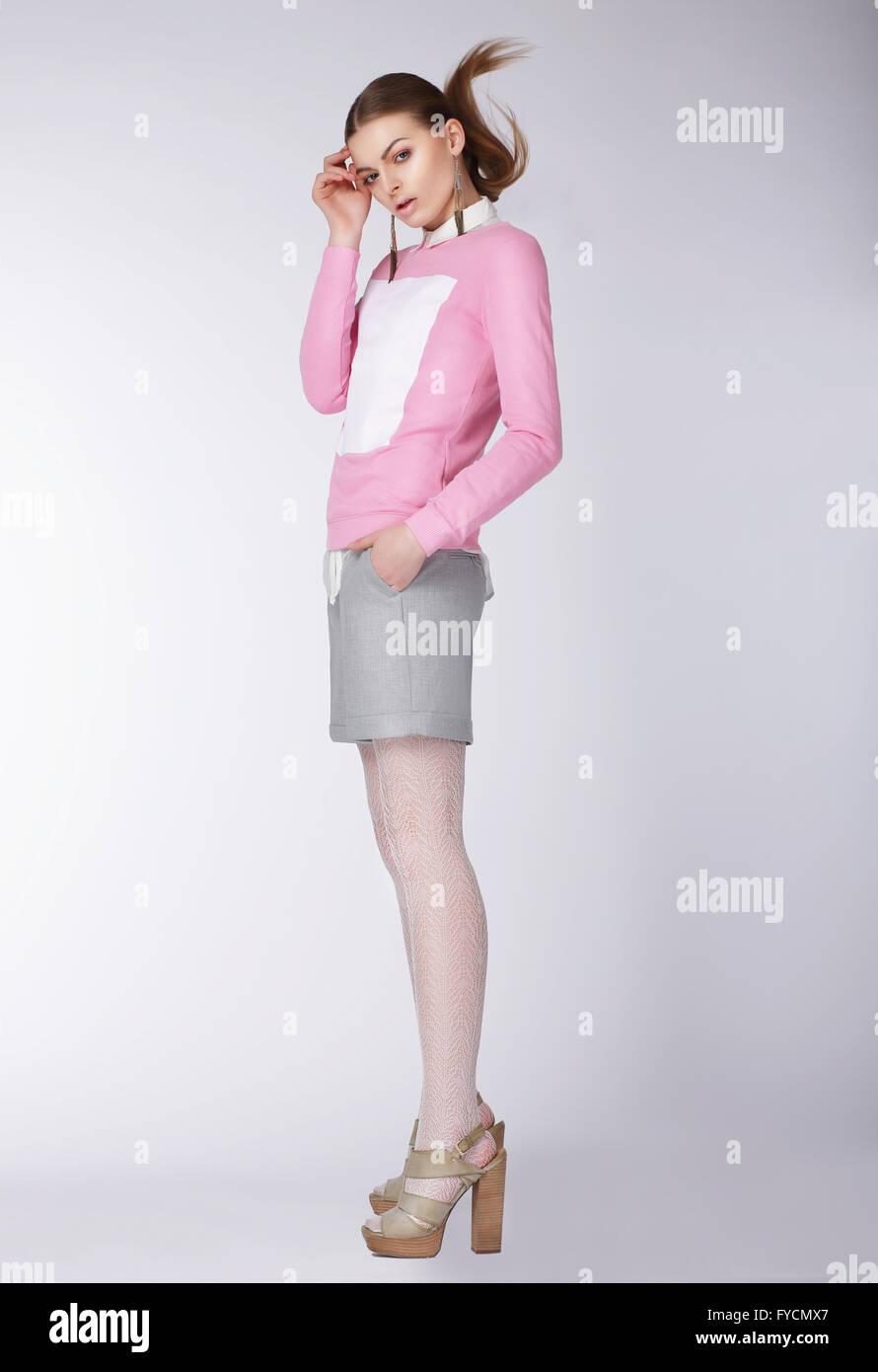 Junge Frau trägt Freizeitkleidung posiert im Studio. Volle Länge. Stockfoto